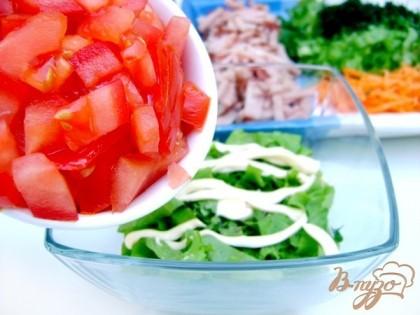Выложить слоями в креманки, промазывая каждый слой майонезом, присаливая и посыпая перцем: салат, помидоры...