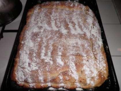 Остывший пирог обильно посыпать сахарной пудрой