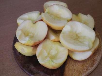 Вырезать из яблок сердцевину