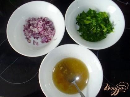 Мелко нарезать лук, петрушку. Для соуса-маринада смешать масло, уксус, мелко нарезанный чеснок, соль, перец и сахар.