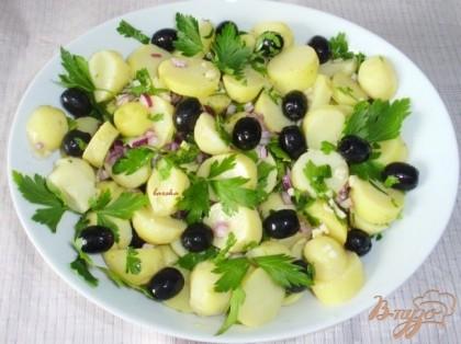 Готово! В картофель добавить маслины, петрушку, лук, залить маринадом. Оставить мариноваться как минимум на 1 час!Приятного аппетита!