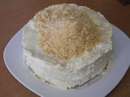 Из остатков от коржей сделать крошку и высыпать ее на торт