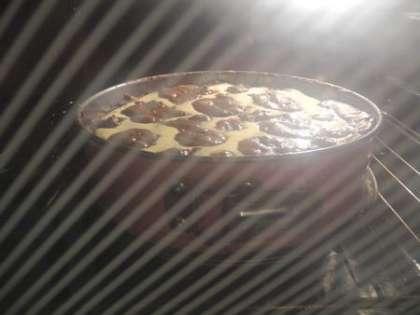 Выпекать пирог в духовке при температуре 180 градусов примерно 60 минут