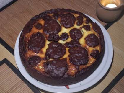 Готовый пирог вынуть и дать остыть. При желании можно сверху посыпать еще какао