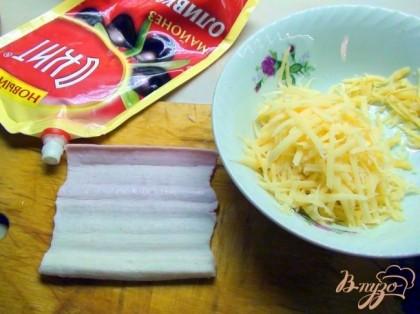 Сыр натираем на крупной турке, также и чесночок, заправляем майонезом, соль, перец по вкусу.Крабовые палочки разворачиваем в единое полотно.