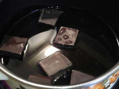 Растопить шоколад в воде и охладить