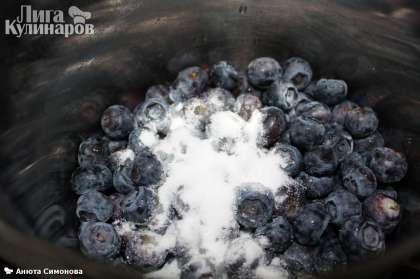 Для варенья - засыпаем чернику сахарной пудрой и ставим на небольшой огонь. Помешивая, доводим до кипения, добавляем цедру лимона и варим буквально 5 минут (в случае замороженной ягоды - минут 7-8).