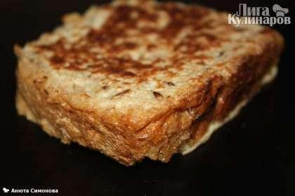 Ставим сковороду на средний огонь. Смазываем сливочным маслом. Каждый ломтик хлеба окунаем в яичную смесь и обжариваем с двух сторон до корочки, по 2-4 минуты
