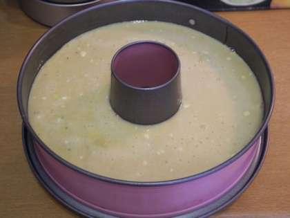 Форму для выпекания разогреть, смазать маслом и вылить смесь