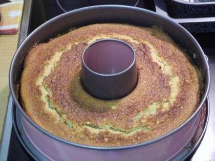 Готовый кекс вынуть из духовки и дать остыть