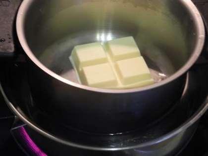 Растопить на водяной бане отдельно черный и белый шоколад