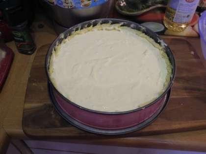 Вылить в форму с тестом начинку из творога