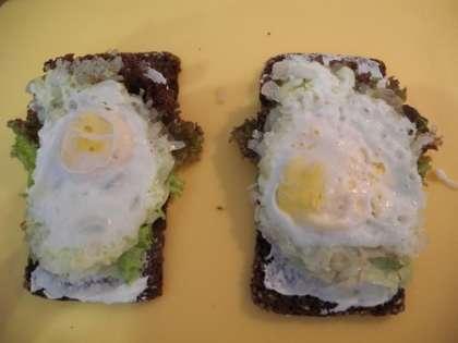 Выложить сверху яйца