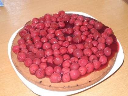 Взять наиболее толстый корж, положить на тарелку, сбрызнуть его ликером и выложить вишню ровным слоем