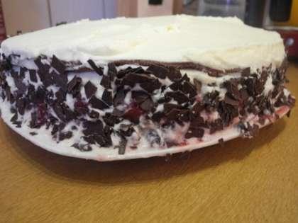 Выложить оставшиеся коржи, сбрызнув их ликером, сделав прослойку из сливок и смазать торт сливками по бокам. Посыпать тертым шоколадом