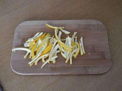 Часть кожуры от апельсинов измельчить и часть нарезать соломкой