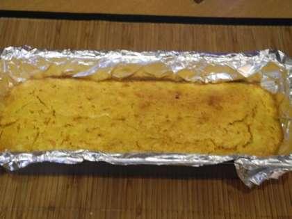 Вынуть кекс и дать ему слегка остыть. Потом вылоджить его на ровную поверхность.
