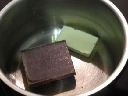Приготовить глазурь из черного шоколада