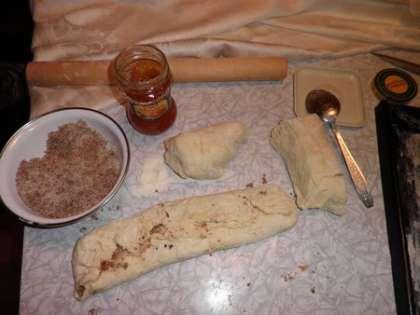 Приготовить тесто из сметаны, маргарина, муки и яйца, добавив разрыхлитель (смешать все вместе и вымесить). Тесто должно быть эластичным.