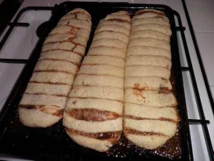Противень с трубочками поставить в духовку и выпекать 30-35 минут при температуре 230°.