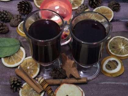 Держать на минимальном огне около 30 минут. Затем добавить ром и сахар по вкусу и разлить по чашкам. Пить горячим.