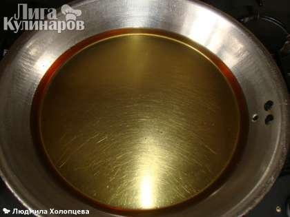 На сковородку наливаем 1-1,5 см масла растительного и разогреваем.