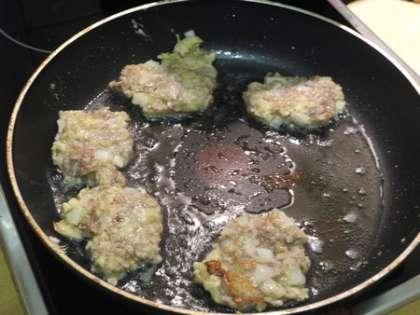 Из фарша сформировать маленькие котлетки. На горячую сковороду налить немного масла и обжарить котлетки с каждой стороны по три минуты на среднем огне.