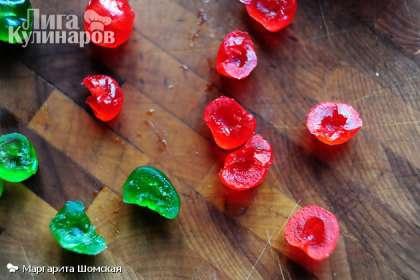 Когда тесто будет готово к выпечке, возьмите засахаренные вишни. Аккуратно разрежьте пополам.