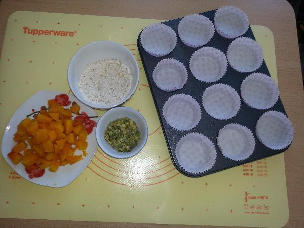 Теперь мокрые ингредиенты выливаем в сухие ингредиенты, и смешиваем, тесто должно получится густое, как сметана. Сварить тыкву, остудить и порезать ее на кубики, а так же подготовить тыквенные семечки и овсянку.