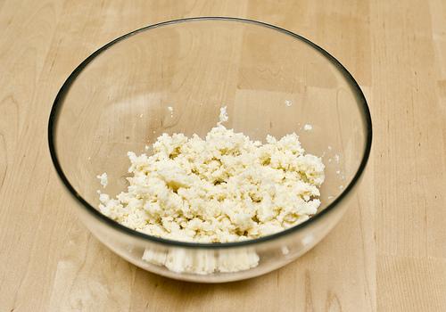 С хлеба снимаем корку и заливаем молоком, даем ему размокнуть.