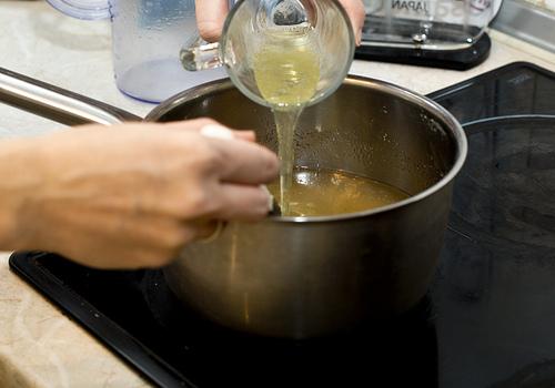 Яичный белок слегка взбиваем вилкой и тоже вливаем в кастрюлю.