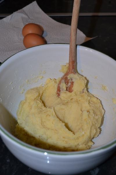 В глубокую миску просеять муку, сделать в ней углубление и залить горячую воду с маслом, тщательно размешивая деревянной ложкой. У вас получится очень густая, но однородная масса.