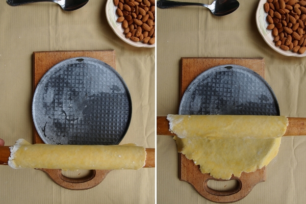 Песочное тесто раскатать в тонкий пласт и выложить на дно разъемной формы. Убрать в холодильник.