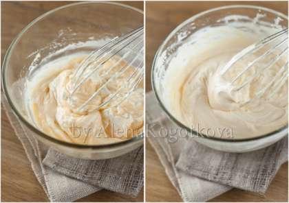 Приготовить крем Тропезьен. Для этого растопить шоколад на водяной бане или в микроволновке. Подмешать его к 250 г заварного крема. Сливки взбить до средних пиков. Аккуратно ввести в заварной крем.
