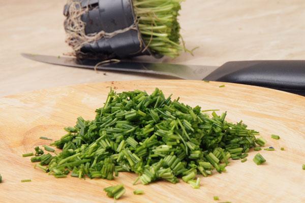 Мелко порежьте небольшой пучок зелёного лука.