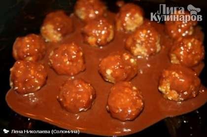 Из полученной массы делаем шарики размером с небольшой грецкий орех, в середину помещаем по миндальному орешку. Растапливаем на водяной бане шоколад, смешиваем с молоком и поливаем полученные конфеты, даем застыть