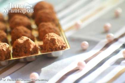 Через пару минут обваливаем конфетки в  какао. Готовые конфеты охлаждаем в холодильнике пару часов, после чего их можно подавать.