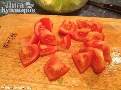 Нарезаем помидоры крупными кусочками