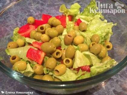 В большую миску выкладываем овощи, выкладываем оливки или маслины. Тем, кто считает что в настоящем греческом салате должны быть только маслины, советую съездить в Грецию, там кладут и то, и то, зависит  от ресторана.