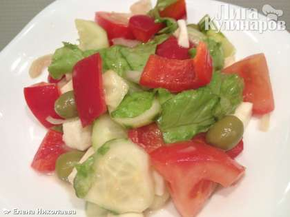 затем аккуратно перемешайте салат и по вкусу посыпьте сверху орегано.  Греческий салат подается немедленно.