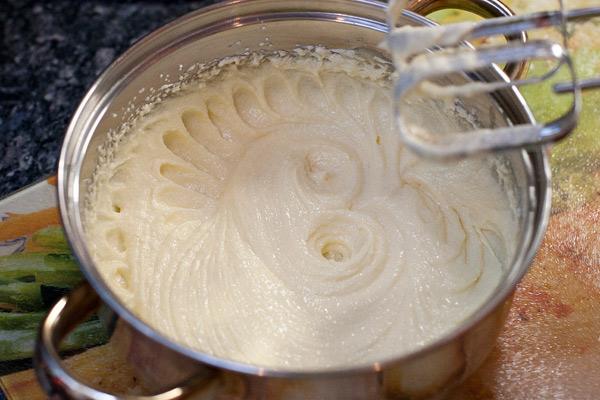 """Размягченное масло хорошо взбить миксером с сахаром/пудрой. Правда хорошо взбить.  В иностранных рецептах используют очень меткое выражение """"until light and fluffy"""". Вместо замены части сахарной пудры на ванильную, можно использовать 1/2 ч.л. ванильного экстракта."""