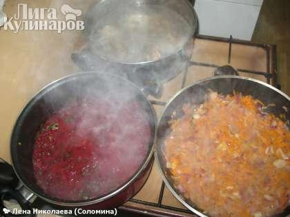 На сковороде обжарить нарезанный лук с морковью до золотистого цвета.