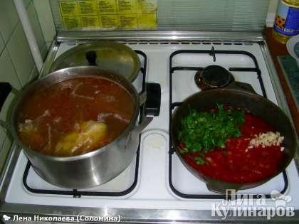 В свеклу добавить томатную пасту и потушить еще минут 5. Проверить готовность овощей в супе (картофель), если почти готовы, то выложить свеклу и обжаренный лук. Дать покипеть еще минут 10. Ни в коем случае не накрывайте борщ крышкой.