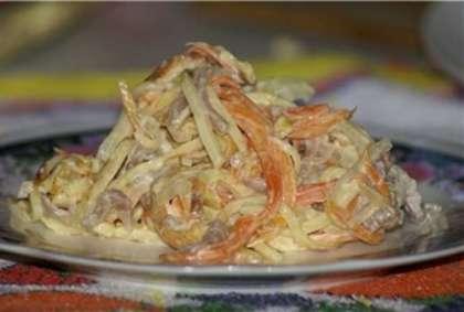 Смешиваем приготовленный ранее и порезанный омлет с потушенным мясом с овощами. Все немного посолим и приправляем майонезом.  Перемешиваем салат и выкладываем  на красивую тарелку.