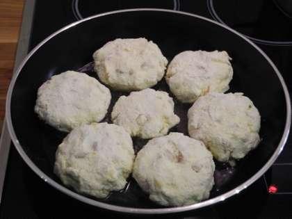 На горячую сковороду налить масло, положить сырники, жарить примерно 5 минут на среднем огне