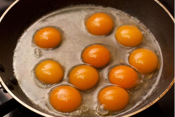 Разогрейте подходящую по размеру сковороду, слегка смажьте ее маслом и вылейте туда яйца.