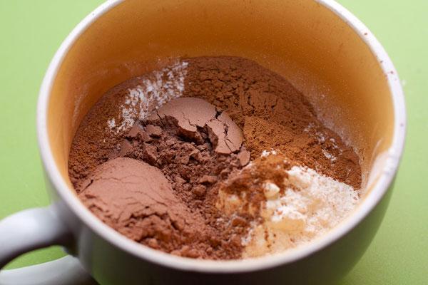 Просейте муку со специями и какао, высыпьте смесь к орехам. Перемешайте.