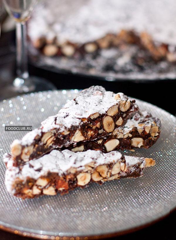 Готовый пирог густо присыпьте сахарной пудрой и нарежьте на удобные порции.