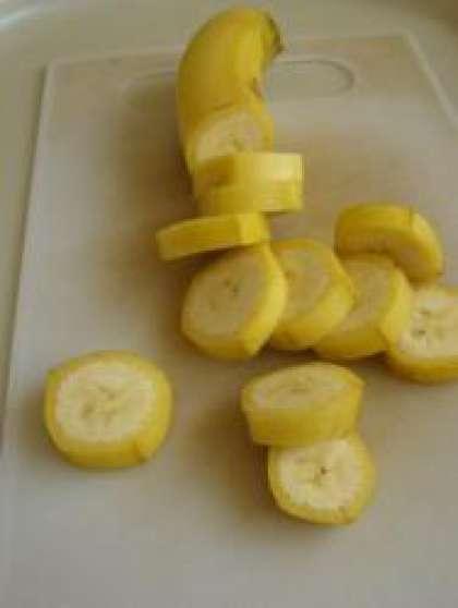 Не очищая банан от кожуры, нарежьте его небольшими кружочками.