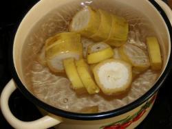 Как только вода закипит, всыпьте сахарный песок. Тщательно перемешайте и вслед добавьте кусочки банана.